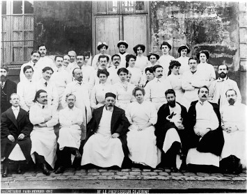 Reunion of neurologists at the Salpêtrière hospital. Photograph, 1926 http://wellcomeimages.org/indexplus/obf_images/03/de/5ebbbcfa56d021dda69b21761b96.jpgGallery: http://wellcomeimages.org/indexplus/image/M0005197.html, CC BY 4.0, https://commons.wikimedia.org/w/index.php?curid=36322408